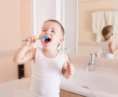 預防齲齒蛀牙要做到:每天刷牙,定期塗氟,定期檢查,窩溝封閉。